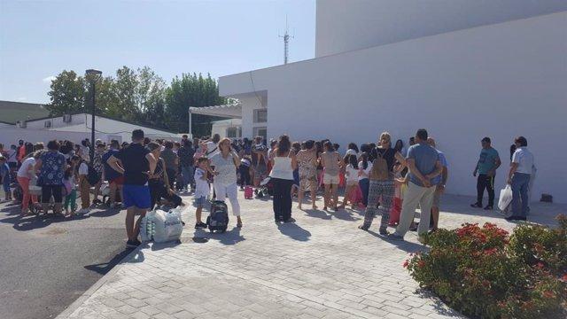 Padres y estudiantes en el exterior del colegio San José Artesano, de Torreblascopedro.