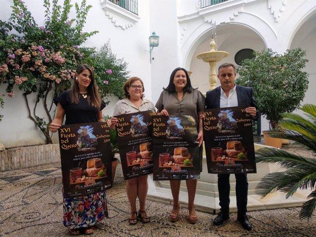 Amo (segunda por la dcha.) y Cabello (izda.) presentan la Feria del Queso