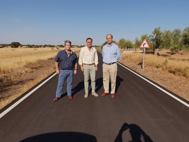 Palomares (centro) visita la CO-9402 tras su reparación