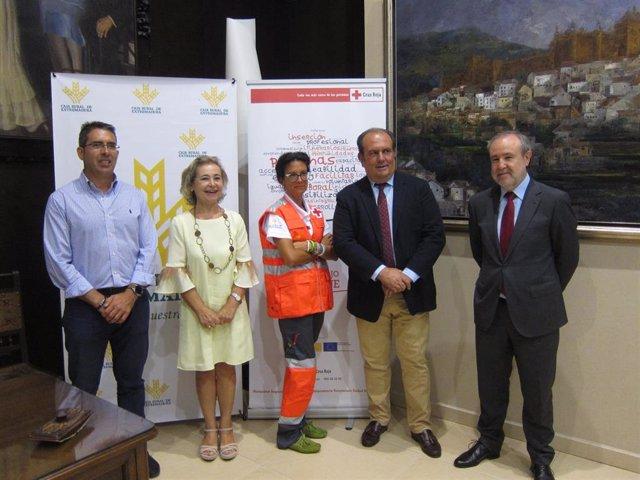 Miembros de Cruz Roja y Caja Rural de Extremadura en la presentación del balance de un programa de empleo