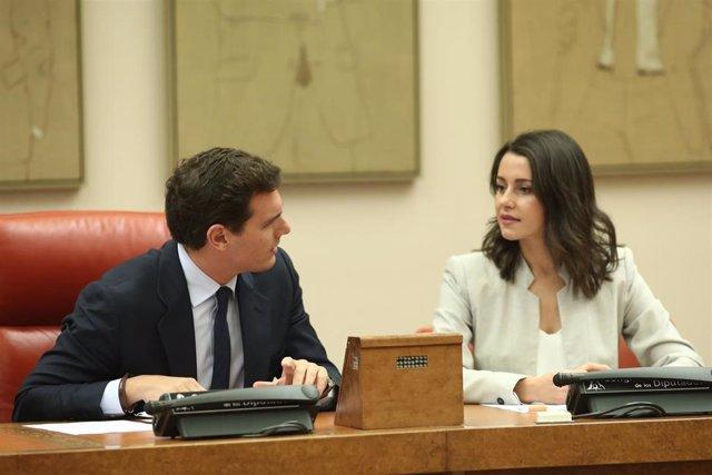El presidente de Ciudadanos, Albert Rivera, y la portavoz parlamentaria de la formación naranja, Inés Arrimadas, durante una reunión con su partido en el Congreso de los Diputados.