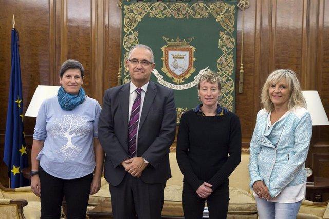 El alcalde de Pamplona, Enrique Maya, ha recibido a las representantes de la Asociación de Mujeres Pelotaris.