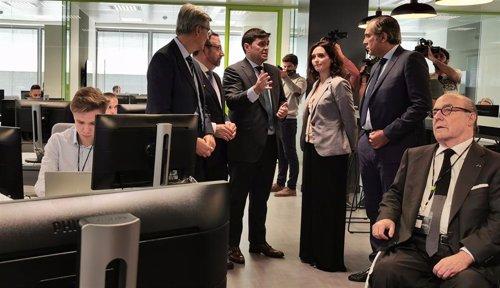 La presidenta de la Comunidad de Madrid, Isabel Díaz Ayuso, visitando el centro de ciberseguridad de Deloitte en Madrid.