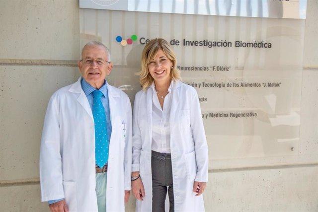 Los Dres. Germaine Escames y Darío Acuña en el Centro de Investi