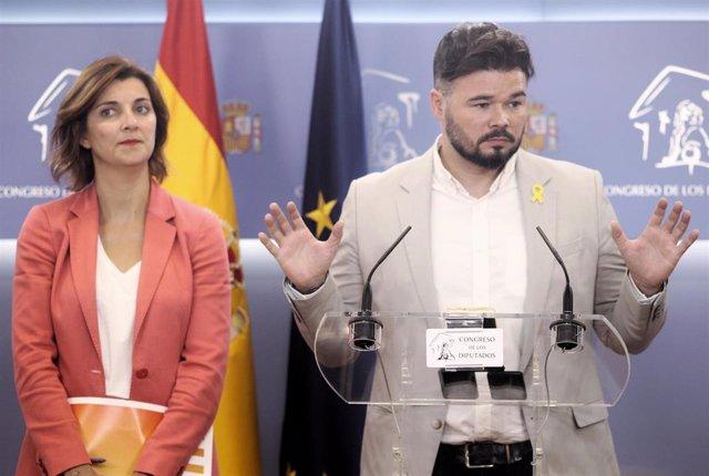 Los portavoces de ERC en el Congreso de los Diputados, Carolina Telechea y Gabriel Rufián, ofrecen declaraciones a los medios de comunicación tras su reunión con el  PSOE dentro de la nueva ronda de encuentros previos a la investidura del candidato social