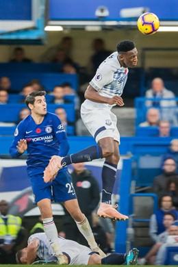 El central colombiano del Everton Yerry Mina pugna con el español Álvaro Morata (Chelsea) en un partido de la Premier