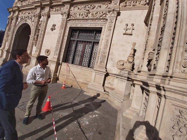 Beltrán Pérez contempla los desperfectos en la cruz del arquillo