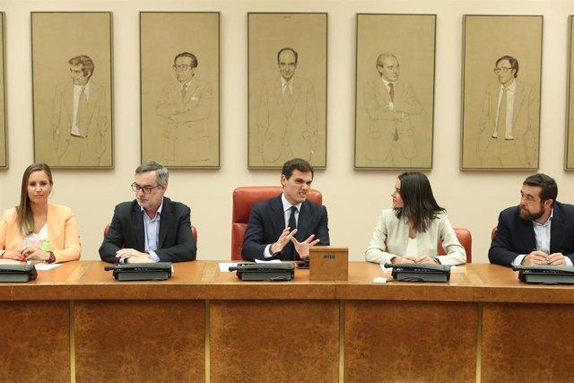 Los diputados del Grupo Parlamentario Ciudadanos (I-D) Melisa Rodríguez, José Manuel Villegas, Albert Rivera, Inés Arrimadas y Miguel Gutiérrez durante una reunión de la formación naranja en el Congreso de los Diputados.