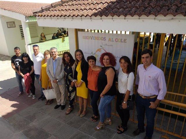 Las delegadas de la Junta y de Educación, Bella Verano y Estela Villalba, visitan el colegio Ardesa de Fuenteheridos.
