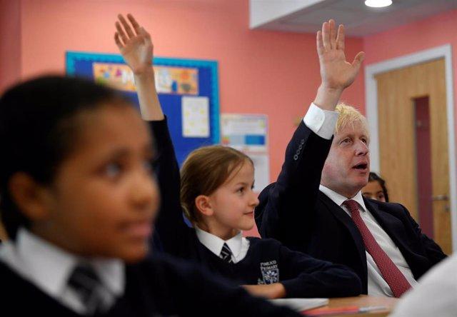 Boris Johnson en una escuela