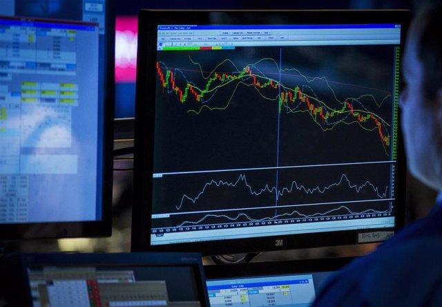 La pantalla de un broker en la bolsa de stock de Nueva York