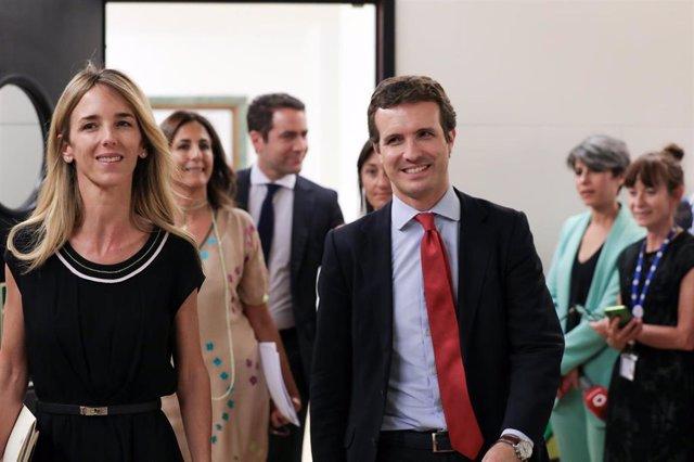 La diputada del PP por Barcelona y nueva portavoz del GP en el Congreso de los Diputados, Cayetana Álvarez de Toledo (d) y el presidente del partido, Pablo Casado (i), acuden a la reunión del Grupo Parlamentario Popupar en el Congreso de los Diputados.