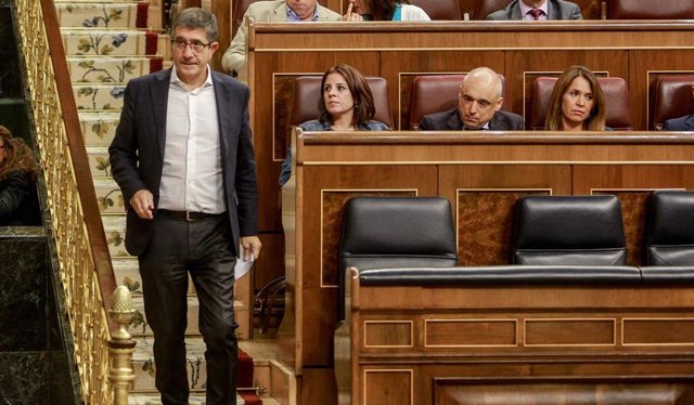 El diputado del PSOE por Bizkaia y el secretario de Area de Política Federal del Comision Ejecutiva Federal del PSOE, Patxi López  bajando las escaleras del Congreso en el primer pleno ordinario en el Congreso de los Diputados desde el pasado mes de julio