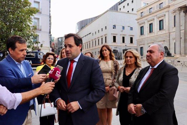 El presidente del PP de C-LM, Paco Núñez, en declaraciones a los medios en el Congreso de los Diputados