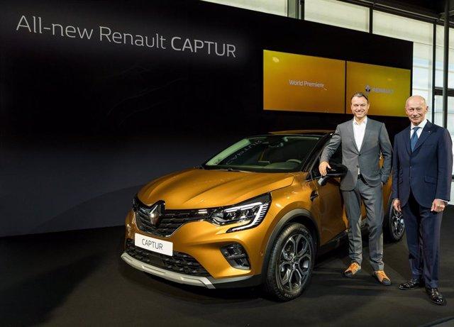 El responsable de Diseño de Renault, Laurens van den Acker (izquierda), y el director general de la compañía, Thierry Bolloré (derecha), presentan el nuevo Captur en el Salón del Automóvil de Frankfurt (Alemania)