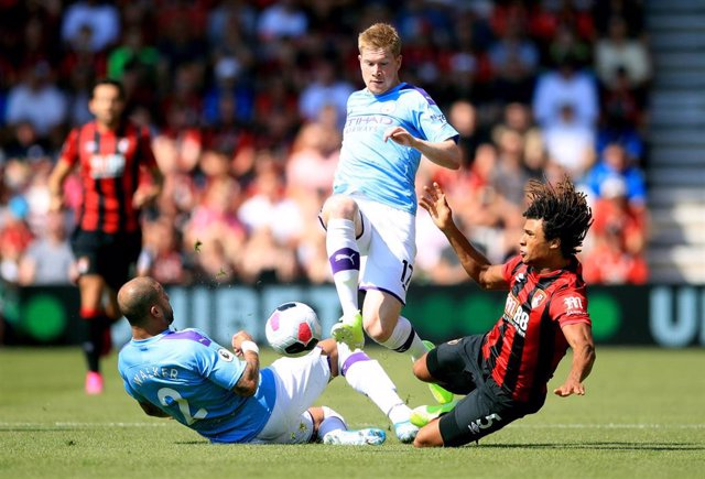 25 August 2019, England, Bournemouth: Bournemouth's Nathan Ake (R) battles for the ball with Manchester City's Kyle Walker (L) and Kevin De Bruyne during the English Premier League soccer match between A.F.C. Bournemouth and Manchester City at the Vital