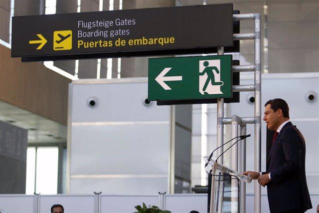 El presidente de la Junta de Andalucía, Juanma Moreno, durante su intervención en el acto del centenario del Aeropuerto Málaga-Costa del Sol.