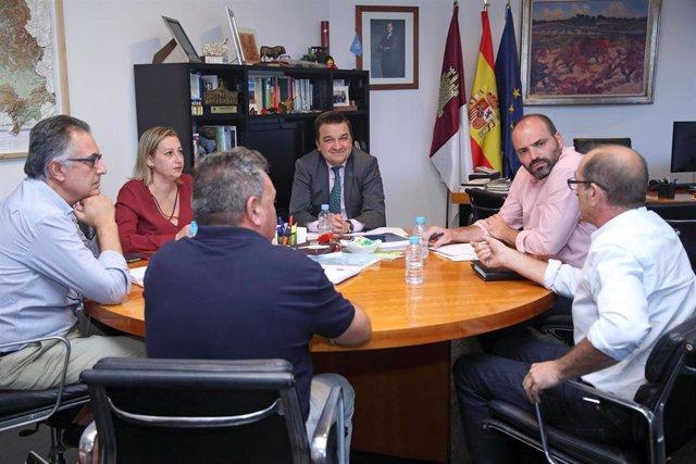 El consejero de Agricultura, Agua y Desarrollo Rural, Francisco Martínez Arroyo, reunido con la DOP Azafrán de La Mancha