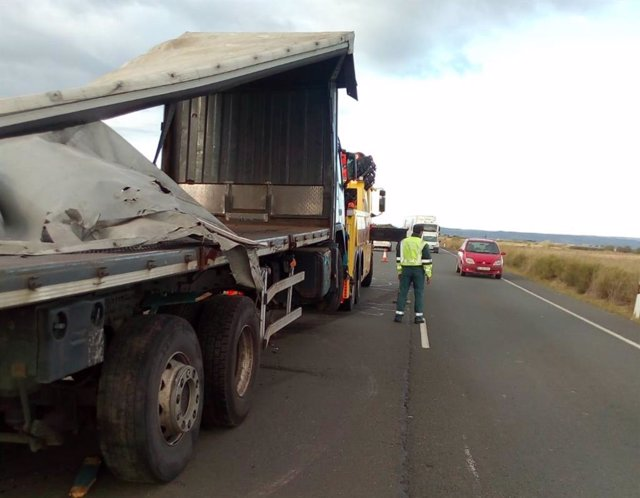 Retirada de camión en la carretera N-113 en Castejón.