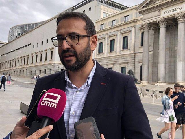 El secretario de Organización del PSOE de C-LM, Sergio Gutiérrez, en declaraciones a los medios frente al Congreso de los Diputados