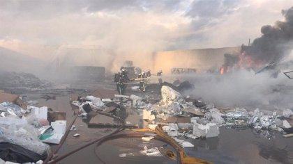 Controlado el incendio de una planta de reciclaje frente a una nave industrial de Alcalá de Henares