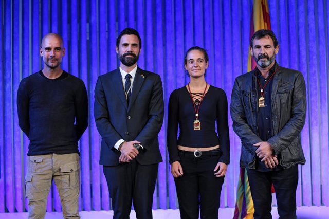 El Parlament lliura la Medalla d'Honor a Carola Rackete i Óscar Camps