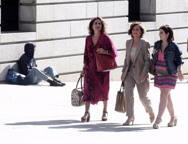 El equipo negociador del PSOE formado por (I-D) la ministra de Hacienda en funciones, María Jesús Montero, la vicepresidenta del Gobierno en funciones, Carmen Calvo; y  la portavoz parlamentaria del Partido Socialista, Adriana Lastra;  se dirige al Cong
