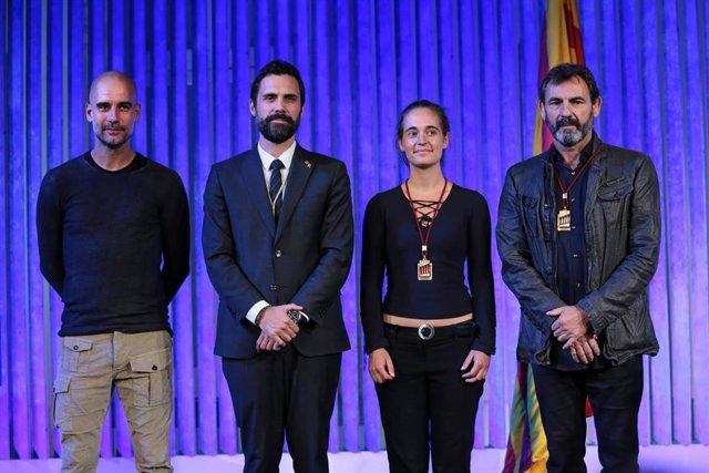 El presidente del Parlament, Roger Torrent, entrega la Medalla d'Honor a la capitana del Sea Watch 3 Carola Rackete y al fundador de Proactiva Open Arms Óscar Camps, con la glosa de Josep Guardiola,