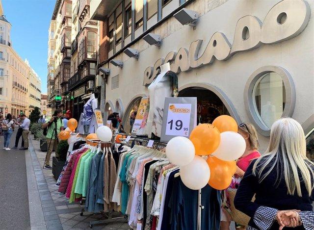 La calle Regalado saca a la calle su stock con descuentos y amenización musical, una estrategia para potenciar el comercio local y liquidar los productos de verano.