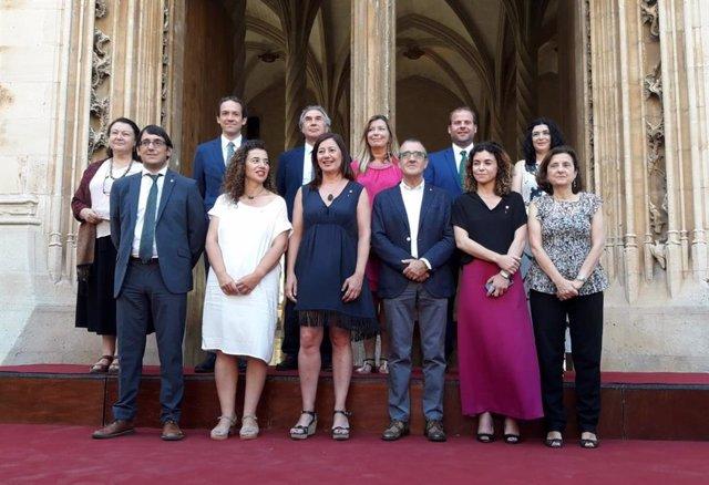 Foto de família del nou Govern de Francina Armengol per a l'etapa 2019-2020, després de prendre possessió del càrrec els nous consellers.