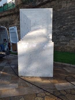 Eliminació de la pintada en contra del turisme a l'escultura del Passeig Sagrera de Palma.