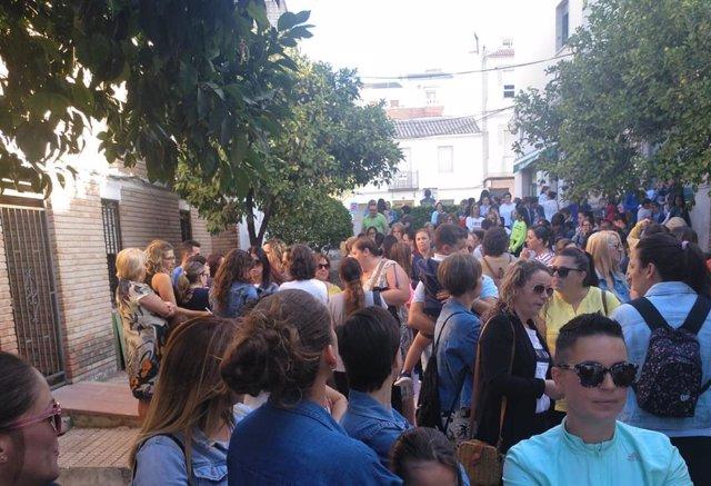 Los padres y alumnos del único colegio de Nueva Carteya se han vuelto a concentrar a sus puertas.