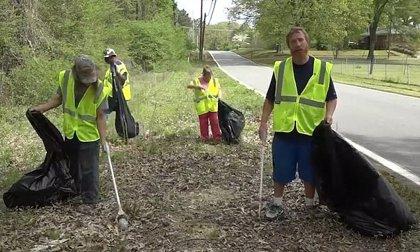Esta ciudad de Estados Unidos paga 9,25 dólares la hora a personas sin hogar para recoger la basura