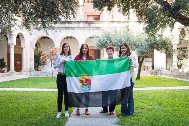 La portavoz de la Junta Isabel Gil Rosiña entrega una bandera