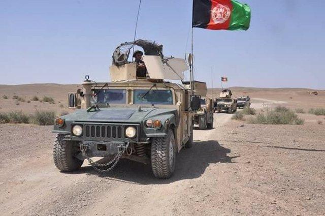 Un convoy liderado por un blindado del Ejército afgano