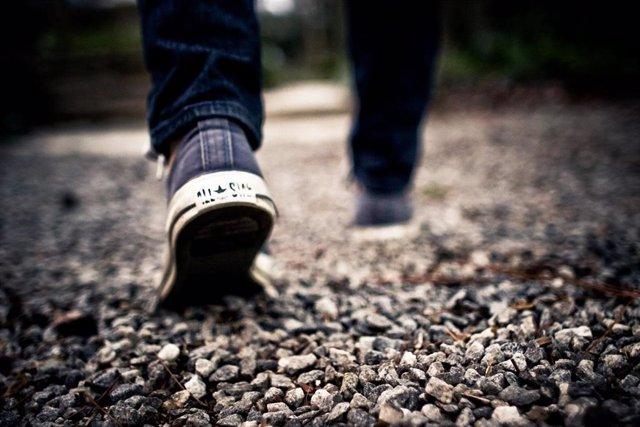 Foto de recurso de unas zapatillas. Caminar, pies, jóvenes, joven, viaje, andar