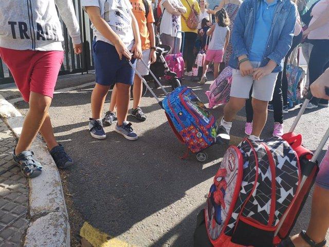 Alumnos a la entrada del Colegio Sánchez Arjona de Paterna del Campo (Huelva).