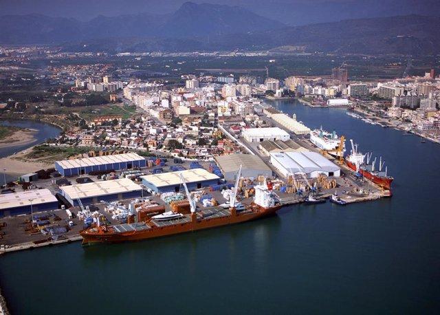 Puerto de Gandia- Muelle Serpis en imagen de archivo