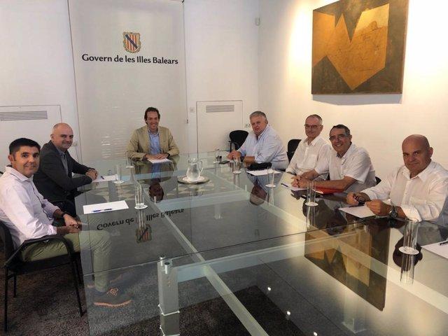 El conseller Marc Pons (presidiendo la mesa) se reúne con responsables de la FEBT.