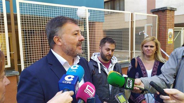 El alcalde de Cuenca, Darío Dolz, atiende a los medios.