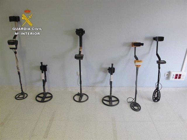 Detectores de metal utilizados en el yacimiento por los seis investigados.