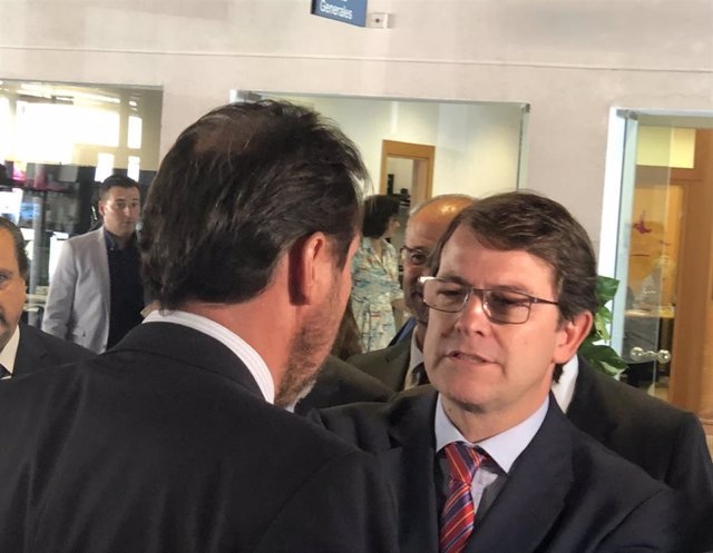 El presidente de la Junta, Fernández Mañueco (dcha), saluda al alcalde de Valladolid, el socialista Óscar Puente (izda) en la Apertura del Curso Económico.