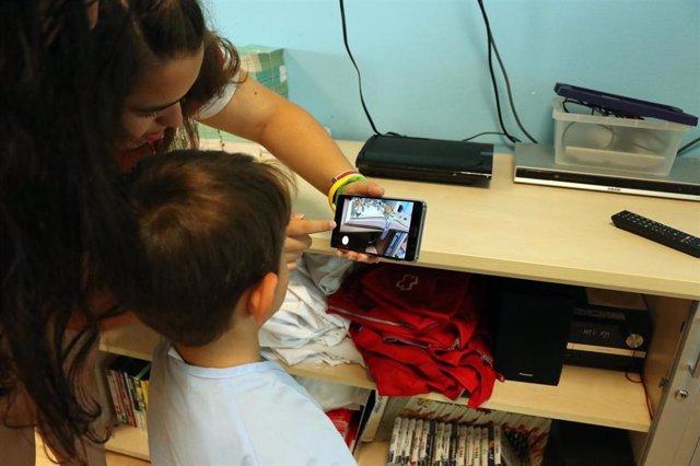 Un niño paciente de pediatría en la Fe con un dispositivo de realidad aumentada
