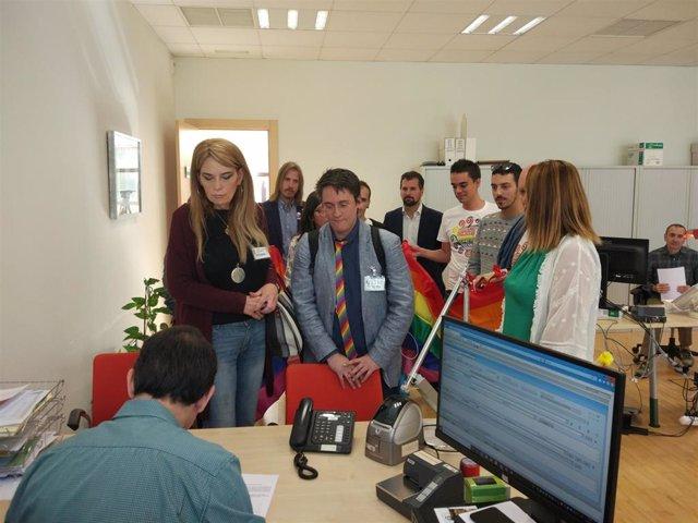 Colectivos LGTB+ presentan el proyecto de ley acompañados de procuradores del PSOE y Grupo Mixto.