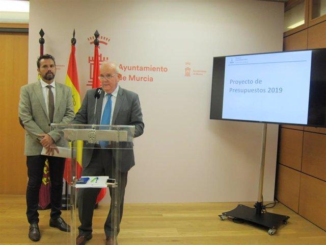 Eduardo Martínez-Oliva presenta los presupuestos junto a Mario Gómez