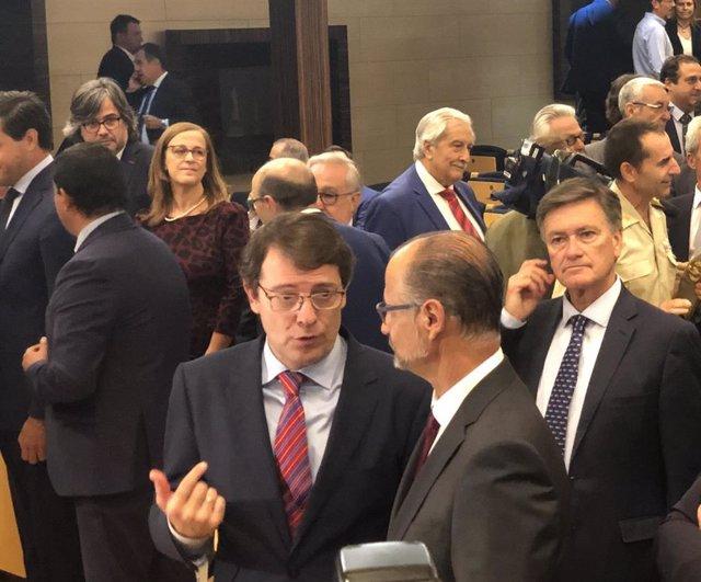 Fernández Mañueco (izda) conversa con el presidente de las Cortes, Luis Fuentes (dcha) en la inauguración del Curso Económico de CyL.
