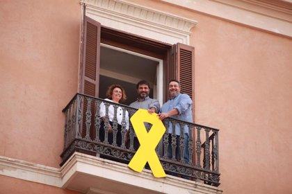 Vox, PP y Cs reiteran su voluntad para retirar el lazo amarillo colgado por MÉS en la fachada del Parlament