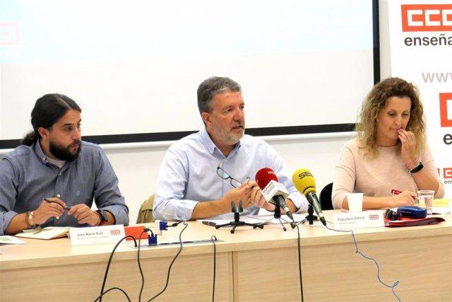 El secretario general de la Federación de Enseñanza de CCOO, Francisco García (en el centro), en rueda de prensa.