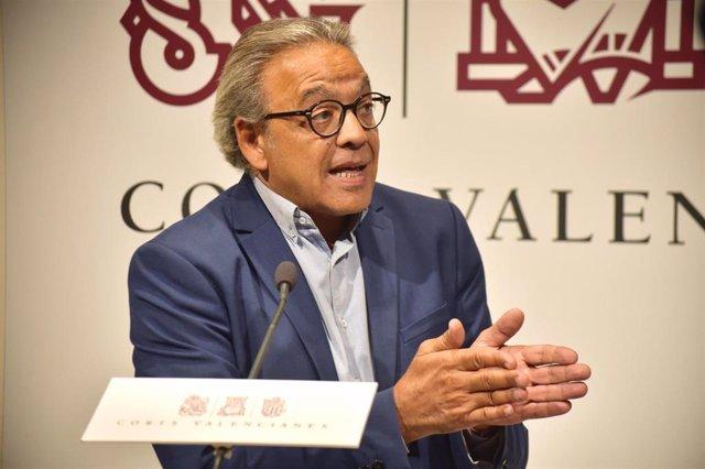 El portavoz del grupo socialista en las Cortes Valencianas, Manolo Mata, en rueda de prensa en los pasillos de Les Corts, a 11 de septiembre de 2019