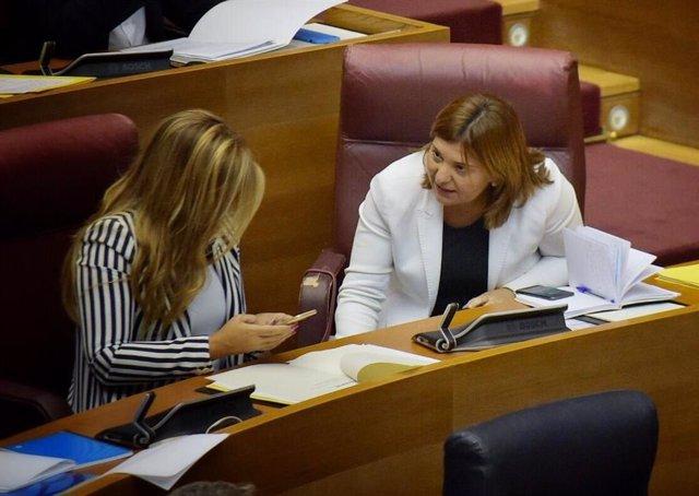 Isabel Bonig y Eva Ortiz en sus escaños en Les Corts en el pleno del 11 de septiembre de 2019